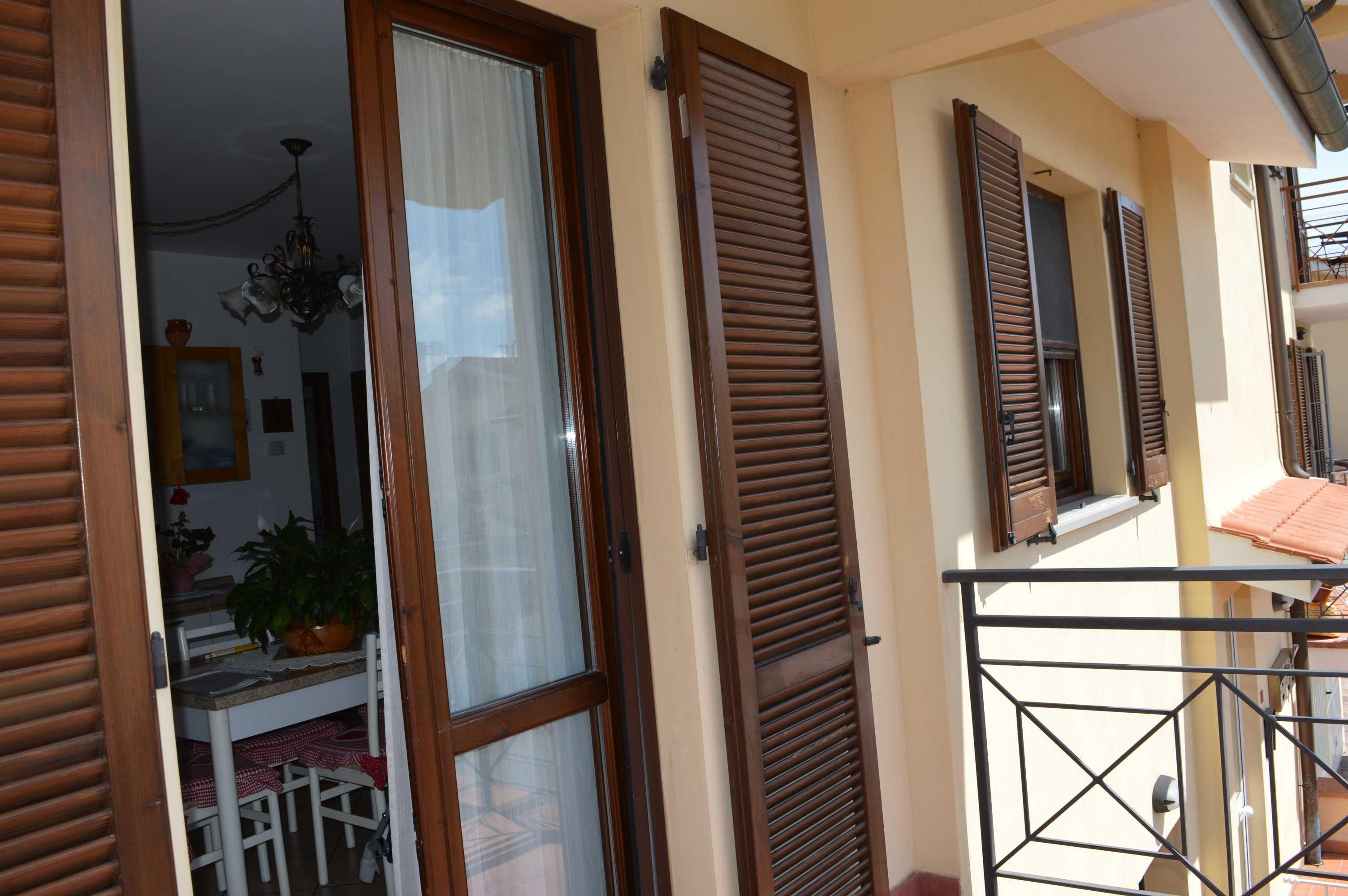 Appartamento al primo piano con due balconi e garage